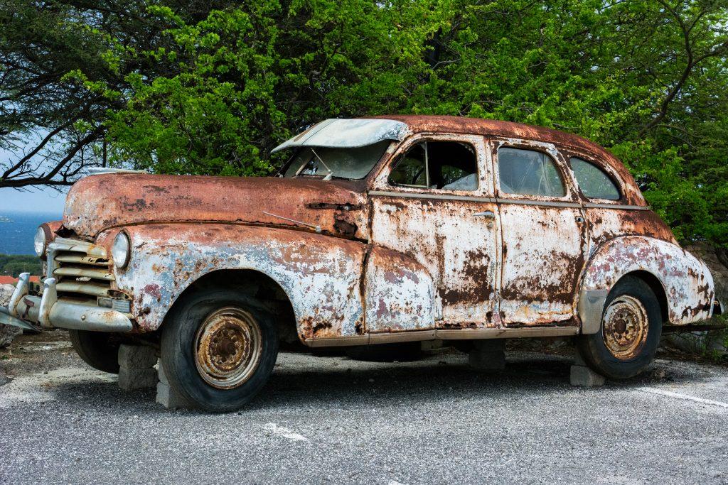 An old rusty car